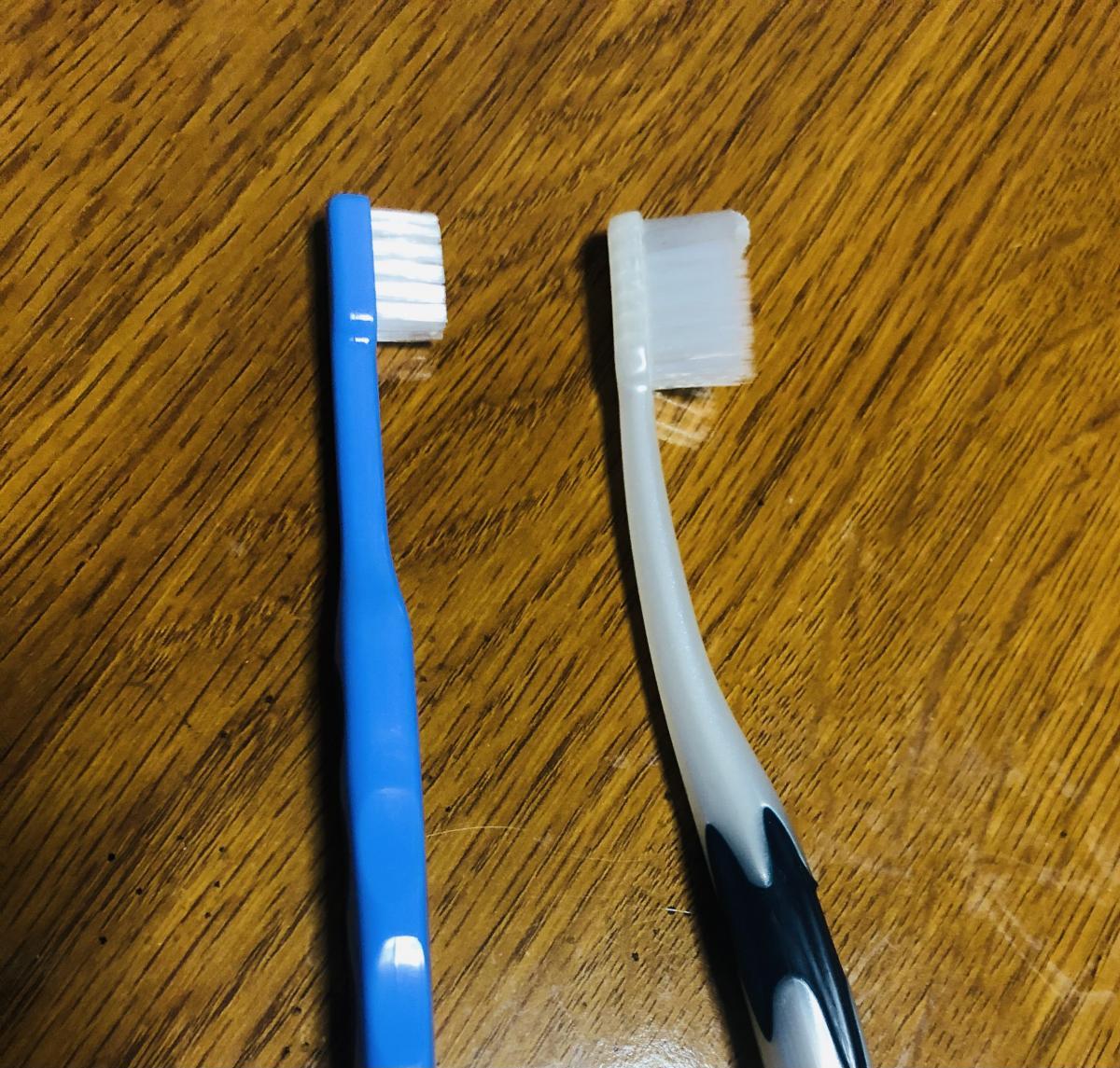 子供用と大人用の歯ブラシ
